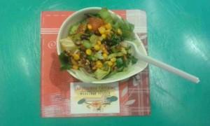 Salade met aduikbonen, mais en tomaat met een paprika-caswnotendressing.