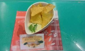 Tortillachips met een guacamoledip.