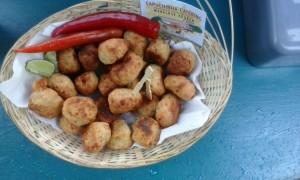 Bolinos: Braziliaanse kaasbitterballetjes met rijst, lenteui en cayennepeper.